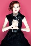 Εκλεκτής ποιότητας πορτρέτο μιας κυρίας με ένα κουτάβι Στοκ Εικόνες