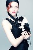 Εκλεκτής ποιότητας πορτρέτο μιας κυρίας με ένα κουτάβι Στοκ Φωτογραφίες