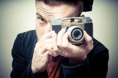 Εκλεκτής ποιότητας πορτρέτο του τύπου μόδας με την παλαιά κάμερα Στοκ Φωτογραφία