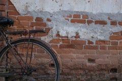 Εκλεκτής ποιότητας ποδήλατο κοντά στον παλαιό τοίχο Στοκ Εικόνα