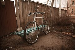 Εκλεκτής ποιότητας ποδήλατο στη φωτογραφία οδών Στοκ φωτογραφίες με δικαίωμα ελεύθερης χρήσης
