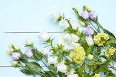 Εκλεκτής ποιότητας πράσινο μπλε υπόβαθρο aqua με τα άσπρα, πορφυρά, ιώδη και κίτρινα λουλούδια με το κενό διάστημα αντιγράφων Στοκ εικόνες με δικαίωμα ελεύθερης χρήσης