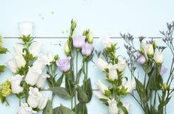 Εκλεκτής ποιότητας πράσινο μπλε υπόβαθρο aqua με τα άσπρα, πορφυρά, ιώδη και κίτρινα λουλούδια με το κενό διάστημα αντιγράφων Στοκ φωτογραφία με δικαίωμα ελεύθερης χρήσης
