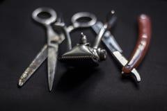 Εκλεκτής ποιότητας προμήθειες κουρέων στο σκοτεινό υπόβαθρο Στοκ φωτογραφία με δικαίωμα ελεύθερης χρήσης
