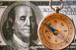 Εκλεκτής ποιότητας πυξίδα που στέκεται μπροστά από 100 Δολ ΗΠΑ Μπιλ Στοκ Φωτογραφίες