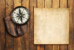 Εκλεκτής ποιότητας πυξίδα στο ξύλινο υπόβαθρο με το κενό για το κείμενό σας Στοκ Φωτογραφία