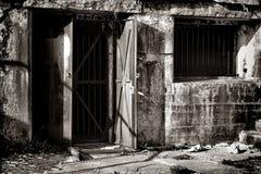Εκλεκτής ποιότητας πόρτα χάλυβα στο παλαιό ενισχυμένο αμυντικό οχυρό Στοκ εικόνα με δικαίωμα ελεύθερης χρήσης