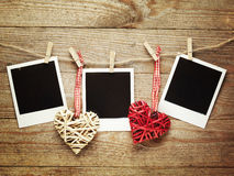 Εκλεκτής ποιότητας πλαίσια φωτογραφιών που διακοσμούνται για τα Χριστούγεννα στο ξύλινο υπόβαθρο πινάκων με το διάστημα για το κε Στοκ Φωτογραφία