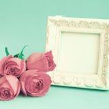 Εκλεκτής ποιότητας πλαίσιο και τριαντάφυλλα Στοκ εικόνα με δικαίωμα ελεύθερης χρήσης