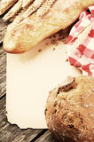 Εκλεκτής ποιότητας πλαίσιο με το ψωμί και το baguette Στοκ Φωτογραφίες