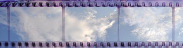 Εκλεκτής ποιότητας πλαίσιο λουρίδων ταινιών με το σαφή νεφελώδη ουρανό Στοκ εικόνες με δικαίωμα ελεύθερης χρήσης