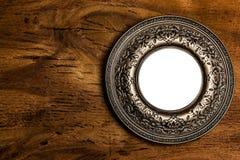 Εκλεκτής ποιότητας πλαίσιο φωτογραφιών πέρα από το ξύλινο υπόβαθρο Στοκ Φωτογραφίες