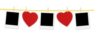 Εκλεκτής ποιότητας πλαίσιο φωτογραφιών στη σκοινί για άπλωμα με τις καρδιές πέρα από το λευκό Στοκ Φωτογραφία