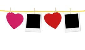 Εκλεκτής ποιότητας πλαίσιο φωτογραφιών στη σκοινί για άπλωμα με τις καρδιές πέρα από το λευκό Στοκ Εικόνες