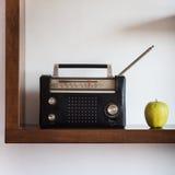 Εκλεκτής ποιότητας ραδιόφωνο με το κίτρινο μήλο Στοκ Εικόνες