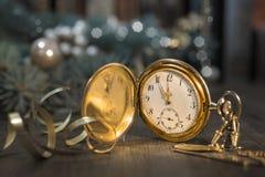 Εκλεκτής ποιότητας ρολόι σε ένα εορταστικό υπόβαθρο που παρουσιάζει πέντε στα μεσάνυχτα Στοκ εικόνα με δικαίωμα ελεύθερης χρήσης