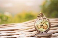 Εκλεκτής ποιότητας ρολόι στον παλαιό χάρτη Στοκ φωτογραφία με δικαίωμα ελεύθερης χρήσης