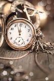 Εκλεκτής ποιότητας ρολόι στο αφηρημένο εκλεκτής ποιότητας υπόβαθρο που παρουσιάζει πέντε στο twe Στοκ εικόνα με δικαίωμα ελεύθερης χρήσης