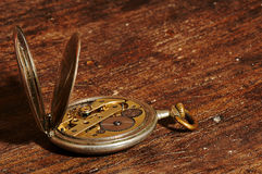 Εκλεκτής ποιότητας ρολόι τσεπών που παρουσιάζει μηχανισμούς στοκ φωτογραφία με δικαίωμα ελεύθερης χρήσης