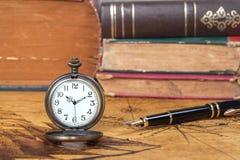 Εκλεκτής ποιότητας ρολόι τσεπών στον παλαιό χάρτη Στοκ Εικόνες