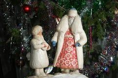 Εκλεκτής ποιότητας ρωσικοί Άγιος Βασίλης και χιόνι-κορίτσι στοκ εικόνα
