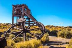 Εκλεκτής ποιότητας ρόδα & πύργος μεταλλείας στην έρημο στοκ φωτογραφία με δικαίωμα ελεύθερης χρήσης