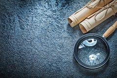 Εκλεκτής ποιότητας ρόλοι εγγράφου που ενισχύουν - γυαλί στη μαύρη επιφάνεια Στοκ φωτογραφία με δικαίωμα ελεύθερης χρήσης