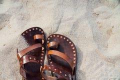Εκλεκτής ποιότητας σανδάλια δέρματος χειροποίητα στην άμμο κανένας Στοκ φωτογραφία με δικαίωμα ελεύθερης χρήσης