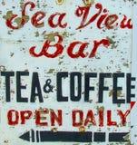 Εκλεκτής ποιότητας σημάδι καφέδων/φραγμών: Άποψη θάλασσας Στοκ φωτογραφία με δικαίωμα ελεύθερης χρήσης