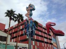 Εκλεκτής ποιότητας σημάδι κυρία Luck και κόκκινο παπούτσι σε Vegas στοκ εικόνες