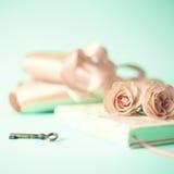 Εκλεκτής ποιότητας σημειωματάριο και τριαντάφυλλα Στοκ φωτογραφίες με δικαίωμα ελεύθερης χρήσης