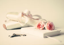 Εκλεκτής ποιότητας σημειωματάριο και τριαντάφυλλα Στοκ εικόνα με δικαίωμα ελεύθερης χρήσης