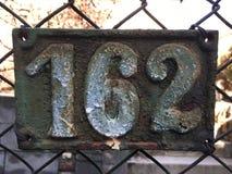 Εκλεκτής ποιότητας σκουριασμένο πιάτο μετάλλων grunge τετραγωνικό του αριθμού διεύθυνσης οδών με τον αριθμό Στοκ Φωτογραφίες