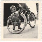 Εκλεκτής ποιότητας στιγμιότυπο: Χαριτωμένα αγόρι & ποδήλατο, ασβέστιο η δεκαετία του '40-δεκαετία του '50 Στοκ Εικόνα