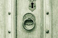 Εκλεκτής ποιότητας στρογγυλά ρόπτρα πορτών σε μια πόρτα Στοκ Φωτογραφίες