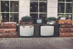 Εκλεκτής ποιότητας συσκευή τηλεόρασης μερών με τις παλαιές αναδρομικές βαλίτσες και τις εγκαταστάσεις σπιτιών στα δοχεία για την  Στοκ Εικόνες