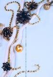 Εκλεκτής ποιότητας σχέδιο συνόρων διακοσμήσεων Χριστουγέννων πέρα από το παλαιό ξύλινο υπόβαθρο Στοκ φωτογραφία με δικαίωμα ελεύθερης χρήσης