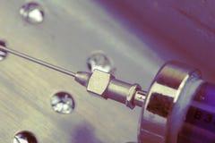 Εκλεκτής ποιότητας σύριγγα γυαλιού με τη βελόνα χάλυβα Στοκ φωτογραφία με δικαίωμα ελεύθερης χρήσης