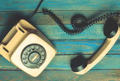 Εκλεκτής ποιότητας τηλέφωνο στους μπλε ξύλινους πίνακες Στοκ Εικόνες