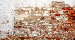 Εκλεκτής ποιότητας τούβλινος τοίχος με το ξεφλουδισμένο ασβεστοκονίαμα Στοκ Φωτογραφίες
