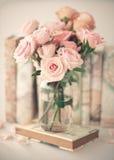 Εκλεκτής ποιότητας τριαντάφυλλα πέρα από το βιβλίο στοκ φωτογραφίες