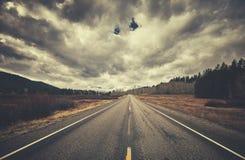 Εκλεκτής ποιότητας τυποποιημένος φυσικός δρόμος μια νεφελώδη ημέρα, Ουαϊόμινγκ, ΗΠΑ Στοκ Εικόνες
