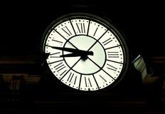 Εκλεκτής ποιότητας υπαίθριο αναμμένο ρολόι, ρωμαϊκοί αριθμοί, νύχτα Στοκ φωτογραφίες με δικαίωμα ελεύθερης χρήσης