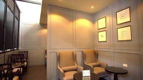 Εκλεκτής ποιότητας υπόβαθρο μήκους σε πόδηα εστιατορίων Περιοχή σαλονιών Αναδρομικές καρέκλες ύφους Φως ημέρας πανόραμα απόθεμα βίντεο