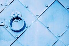 Εκλεκτής ποιότητας υπόβαθρο μετάλλων - παλαιά ανοικτό μπλε πόρτα με τα καρφιά και ηλικίας λαβή πορτών μετάλλων υπό μορφή δαχτυλιδ Στοκ εικόνα με δικαίωμα ελεύθερης χρήσης
