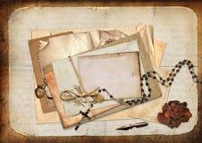 Εκλεκτής ποιότητας υπόβαθρο με τις κάρτες, τα τριαντάφυλλα και τις επιστολές Στοκ Εικόνες