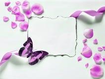 Εκλεκτής ποιότητας υπόβαθρο με το χαρτί-πλαίσιο και πέταλα για τα συγχαρητήρια στοκ φωτογραφία