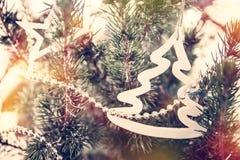 Εκλεκτής ποιότητας υπόβαθρο Χριστουγέννων με το χριστουγεννιάτικο δέντρο και το χριστουγεννιάτικο δέντρο παιχνιδιών στο αναδρομικ Στοκ φωτογραφίες με δικαίωμα ελεύθερης χρήσης