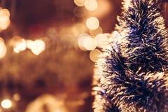 Εκλεκτής ποιότητας υπόβαθρο Χριστουγέννων με το χριστουγεννιάτικο δέντρο στο αναδρομικό ύφος με τα έντονα φω'τα Στοκ φωτογραφίες με δικαίωμα ελεύθερης χρήσης