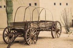 Εκλεκτής ποιότητας δυτικό βαγόνι εμπορευμάτων μπροστά από την οικοδόμηση στοκ εικόνα με δικαίωμα ελεύθερης χρήσης